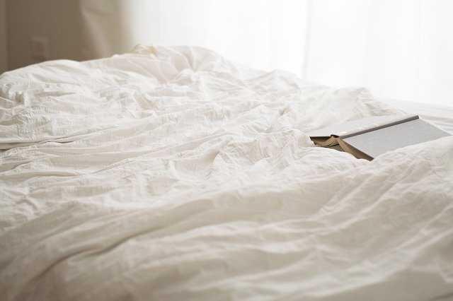 Comment lire au lit confortablement ? Le dosseret pour lire au lit